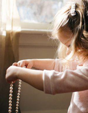 חרוזי פנינה ליצירה - ילדה עם שרשרת פנינים