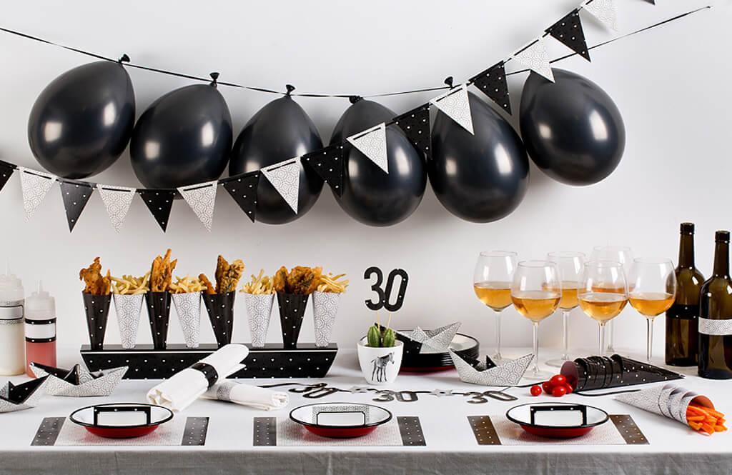 שולחן יום הולדת מעוצב בשחור לבן, למראה קלאסי