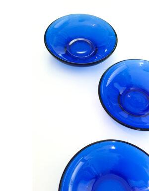 צלוחיות מזכוכית בגוון כחול עמוק